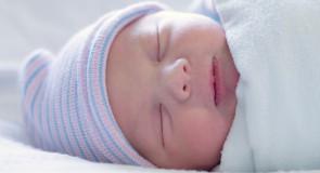 Réflexe de Moro : Faut-il emmailloter bébé ?