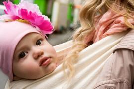 Portage bébé : 5 bonnes raisons d'adopter le portage