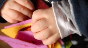 DIY : Un ruban pour que bébé apprenne à boutonner