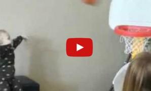 Un bébé vraiment très doué au basket (vidéo)