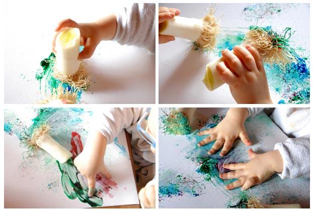 Bébé fait de la peinture avec des poireaux