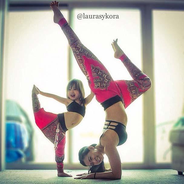 Maman fait du yoga avec sa petite fille
