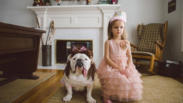Rebecca Leimbach photographie sa fille Harper et son bouledogue anglais, une vraie complicité !