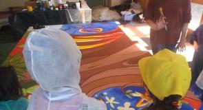 Création d'une fresque géante à plusieurs mains