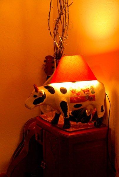 Posez l'abat-jour et vissez l'ampoule sur la lampe vache