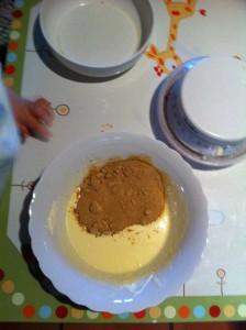 Dans un second récipient, mettez la crème fraîche, le sucre complet et l'oeuf.