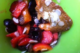 Coupe de fruits frais et tuiles aux amandes maison
