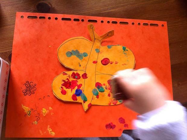 De la peinture avec des intercalaires amuseront beaucoup votre enfant