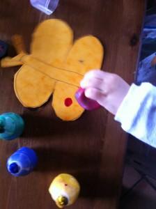 Découpez la forme de votre choix dans la première intercalaire (choisissez quelque chose avec votre enfant, quelque chose qu'il aime particulièrement et dessinez la forme pour lui s'il est encore trop petit pour faire un dessin figuratif).