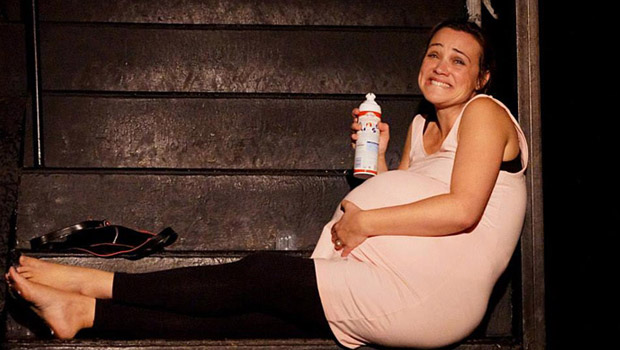 Délit de grossesse : Sous l'extravagance et l'humour qui enveloppent la pièce, les sujets abordés et les messages qui s'y glissent parleront à toutes les mamans, les futures mamans, les nullipares et les conjoints respectifs de toutes ces dernières.