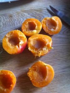 Dénoyautez les abricots