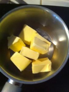 Faire fondre le beurre et le laisser refroidir