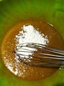 Ajouter la farine et fouetter jusqu'à obtention d'une pâte homogène