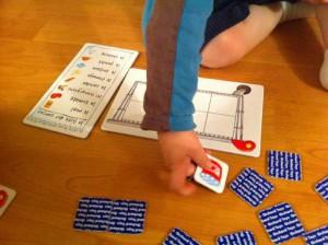 Le plus jeune joueur commence à retourner une carte, si elle est dans sa liste il la dépose dans son caddie