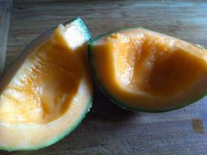Coupez-le en quatre, épépinez-le et enlevez la peau avant de débiter un quart de melon en morceaux.