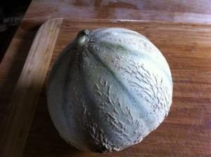 Choisissez un melon bien mûr et sucré (la queue doit commencer à se détacher et le parfum doit être bien prononcé).
