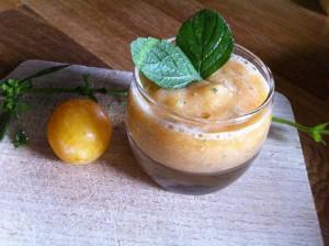 Soupe fraîche melon-mirabelles à la mélisse