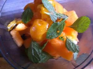 Après avoir dénoyauté les mirabelles, mettez-les dans un mixeur avec les morceaux de melon et les feuilles de la branche de mélisse.