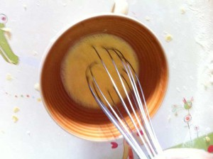 Dans un bol, mélangez l'œuf, le sucre et le lait
