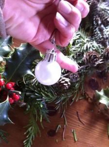 Fixez des boules de Noël.