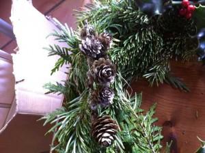 Ajoutez vos pommes de pin, ou autres décorations glanées dans la nature.
