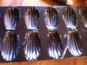Beurrez des moules à madeleine.