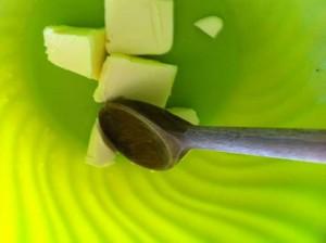 Travaillez le beurre avec une spatule.