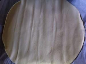 Disposez votre premier disque de pâte feuilletée sur une plaque de cuisson .