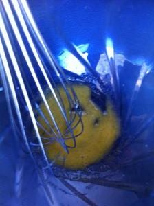 Dans une jatte, battez le jaune d'oeuf avec le sucre restant.
