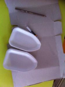 2 barquettes en polystyrène de poulet ou coquelet.