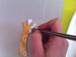 Utilisez cette première patte, en la retournant, pour avoir un gabarit pour la seconde patte.