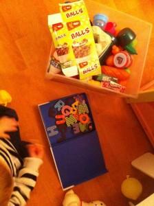 Mettez dans un bac le plus d'objets possibles et munissez-vous de lettres.