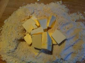 Ajoutez ensuite le beurre coupé en morceaux.