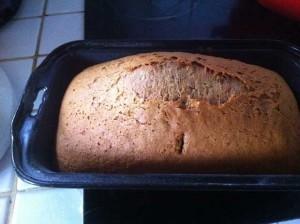 Le pain d'épices est cuit lorsque la croûte a une belle couleur doré et craquelle sur le dessus.