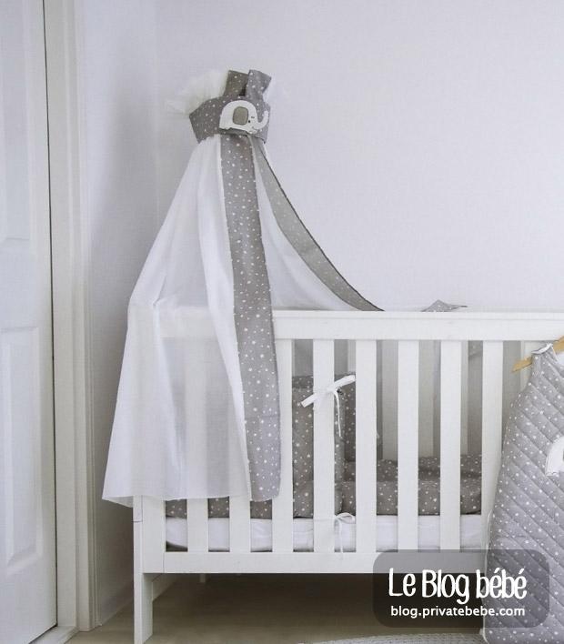 Veillez à ce que le ciel de lit reste toujours disposé à l'extérieur du lit de bébé et jamais à l'intérieur