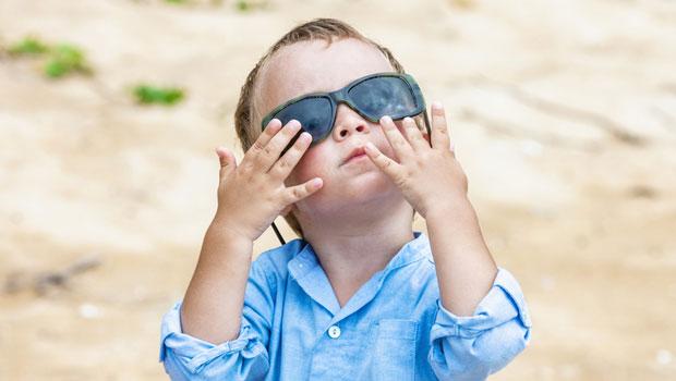 Attention à bien choisir les lunettes de soleil de votre enfant